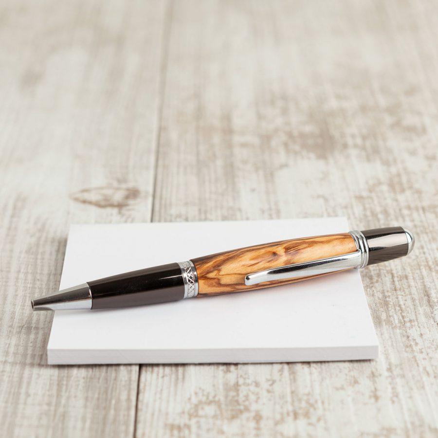 Penna in legno di ulivo, parte metallica finitura dark e lux